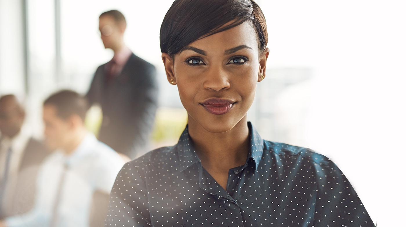 femme accueillante et souriante au travail_atlantique assurances benin iardt