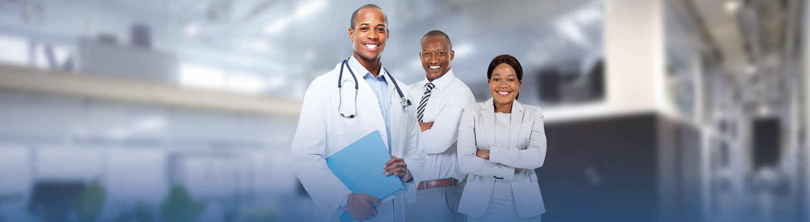 trois docteurs souriants en blouses blanches - Assurance santé - Atlantique assurances bénin