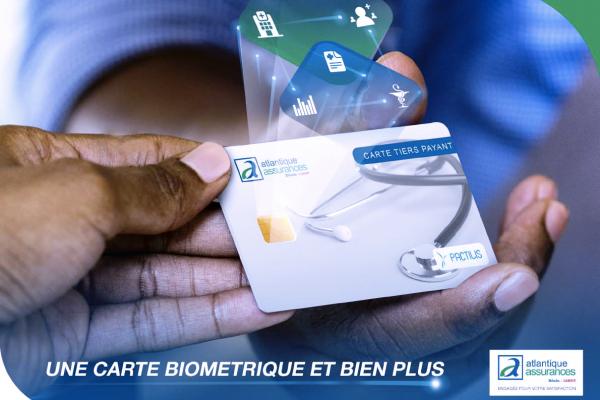 Deux mains qui s'échangent une carte biométrique associée au contrat d'atlantique assurances banque